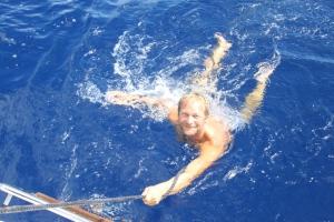 Bjørn Arne tester badetemperaturen i atlanterhavet