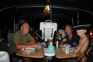 Vi spiser middag og koser oss for anker mellom Piton-toppene