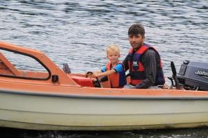 Jonas kjører båt med Thomas i Ytre Arna